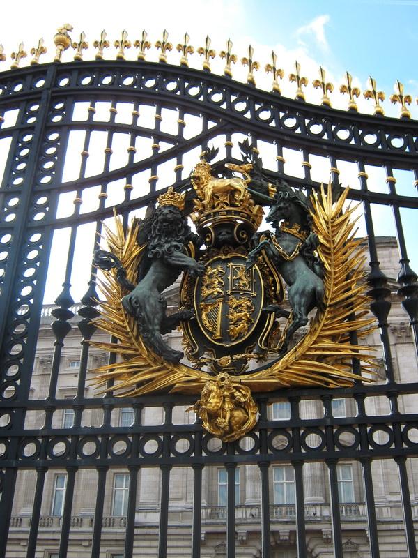 Kraljevski grb na kapiji Bakingemske palate