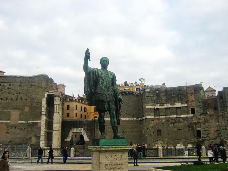 Cezar statua na rimskim forumima